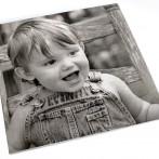 Photo de garçon sur marbre en utilisant le système de gravure au laser