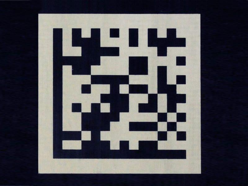 검은색 Teflon® 표면에 레이저 마킹한 2D 코드