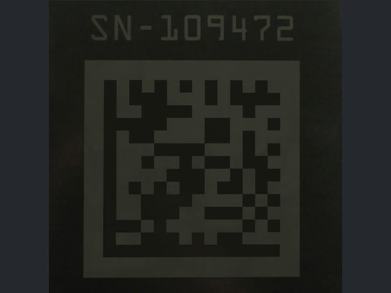 نقش كود استجابة سريعة QR Code بالليزر على سطح ®Viton