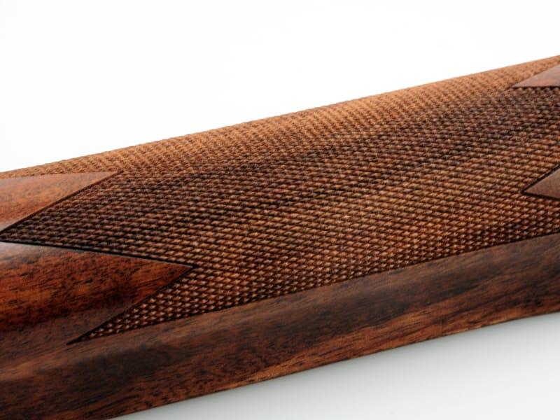 3D 레이저 제판 가공한 바둑판 패턴의 나무 개머리판